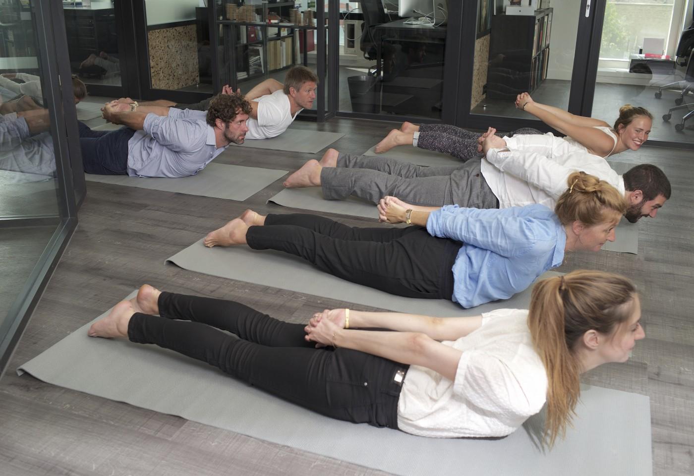 Yoga sur tapis cours entreprise yogiste